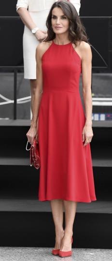 Кралица Летисия Ортис в любимия си червен цвят на прием във Валенсия