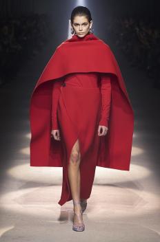Кая Гербер на подиума на Givenchy, облечена в есенната колекция за 2020 г.