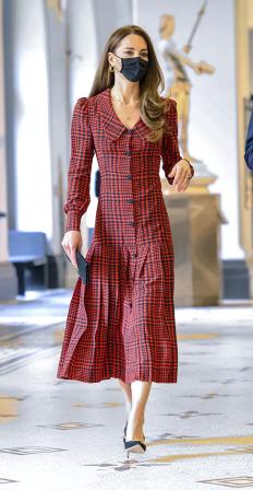 Кейт Мидълтън в музея Виктория и Албърт, облечена в рокля от Alessandra Rich