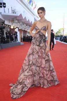 Тейлър Хил на Венецианския кинофестивал, облечена в Etro