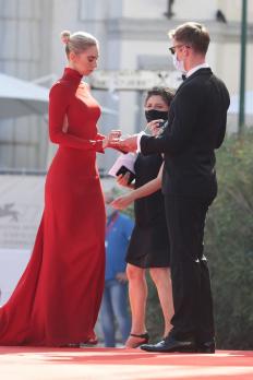 Ванеса Кърби на фестивала във Венеция