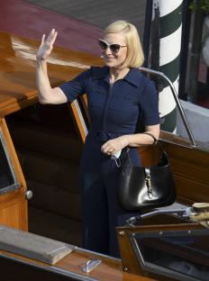 Кейт Бланшет на филмовия фестивал във Венеция, облечена в гащеризон от Gucci