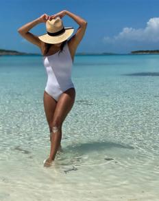 Ева Лонгория събира тен на плажа