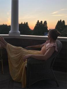 Джей Ло релаксира в края на деня, гледайки залеза