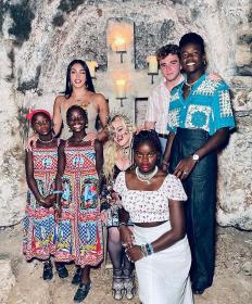 Мадона с шестте си деца на 63-я й рожден ден