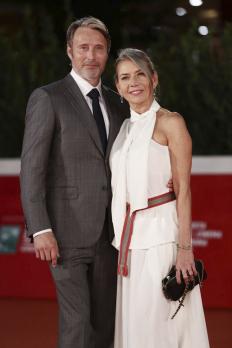 Мадс Микелсен със съпругата си на филмовия фестивал в Рим