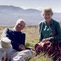 Кадър на Елизабет и Филип от 2003 г., споделен по желание на кралицата. Намират се в Шотландия.