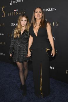"""Салма Хайек с дъщеря си Валентина на премиерата на """"Вечните"""""""