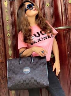 Салма Хайек показва голямата си чанта Gucci, направена от рециклирани материали