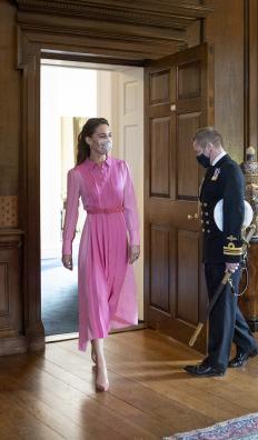 Кейт Мидълтън в двореца Холирудхаус, облечена в рокля от марката ME+EM