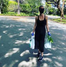Гуинет Полтроу на пазар за био зеленчуци
