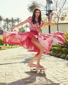 Нина Добрев на скейтборд, облечена в Dior